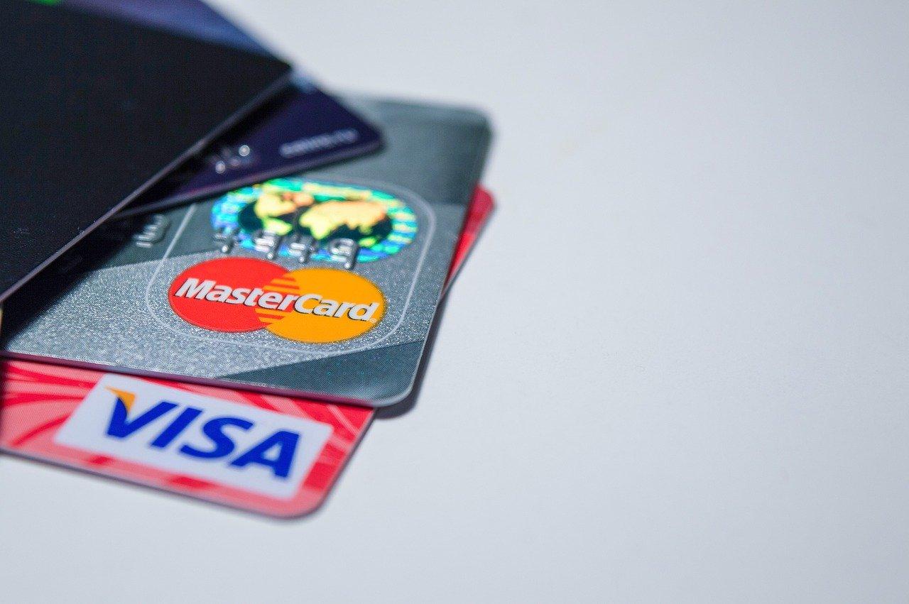 Les cartes de débit rechargeables anonymes sont-elles plus intéressantes que les cartes de crédit traditionnelles ?